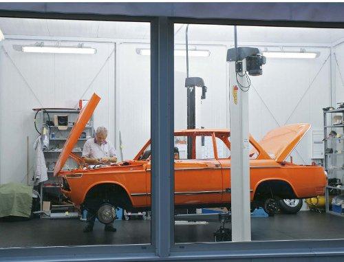 In der hauseigenen BMW-Werkstatt bringen die Münchner alte BMW wieder auf Vordermann. Die Warteschlange ist lang!