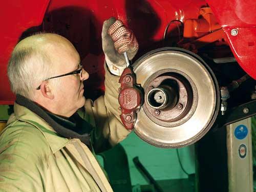 Bremsendienst: Korrekt auf der Hebebühne gesichert, ist das Entlüften der Bremsen für erfahrene Hobbyschrauber kein Hexenwerk.