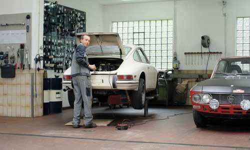 Ein Blick in die geräumige Klassikerwerkstatt mit zwei Kunden-Fahrzeugen