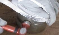 Blech zu formen bedeutet nicht, wie ein Schmied das Blech zu treiben, sondern die Spannung des Bleches mit dem Hammer gefühlvoll zu überwinden.