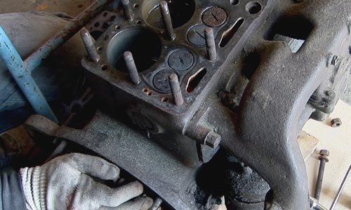 Ist der Zylinderkopf herunter, müssen die Stehbolzen ausgedreht werden, wenn der Motorblock weiter bearbeitet werden soll