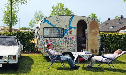 """""""Da waren wir schon überall!"""" Der Oldtimer-Wohnwagen kann auch als Aushängeschild für die Reiseroute stehen – immer mit dabei: der weiße Capri I"""